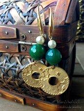 Orecchini pendenti con monachelle in ottone, componenti in zama, pietre dure e perle