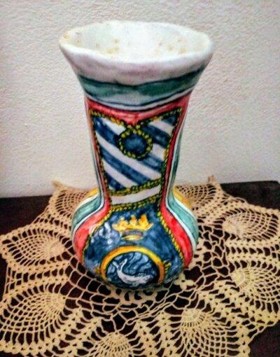 Vasetto di maiolica manufatto in creta bianca costruito con tecnica del colombino dipinto con smalti vivaci
