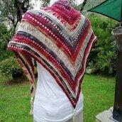scialle- coprispalle - baktus- in lana con lurex  colori dal bianco-grigio al rosso  lavorato all'uncinetto