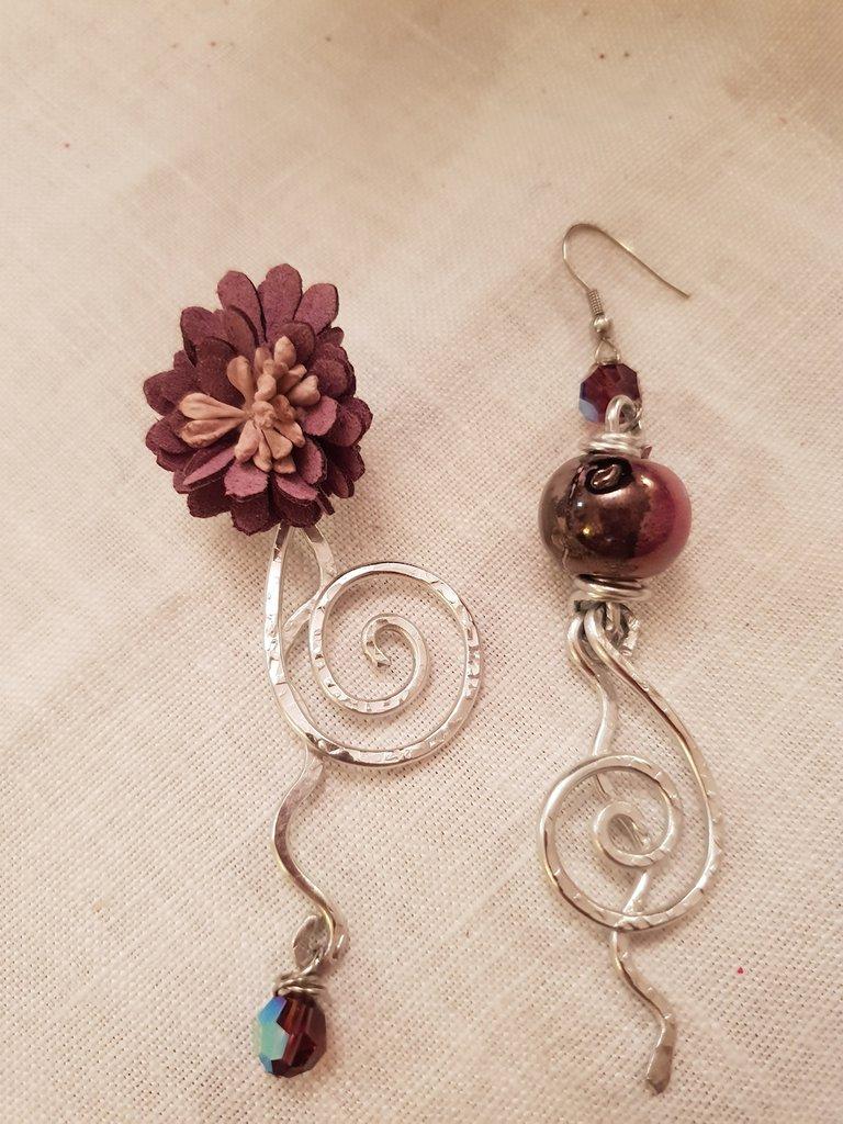 Orecchini pendenti in alluminio battuto, cristalli Swarovski e perle in ceramica greca. Monachelle in acciaio
