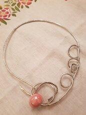 Collana girocollo in alluminio battuto con perla in ceramica greca artigianale