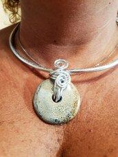 Collana in alluminio battuto e perla in ceramica greca