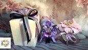 Barattolo neonata su petalo fiore battesimo
