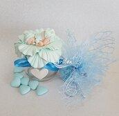 Barattolo neonato su petalo fiore battesimo azzurro