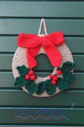 Ghirlanda natalizia fatta a mano con fiocco rosso e bacche uncinetto
