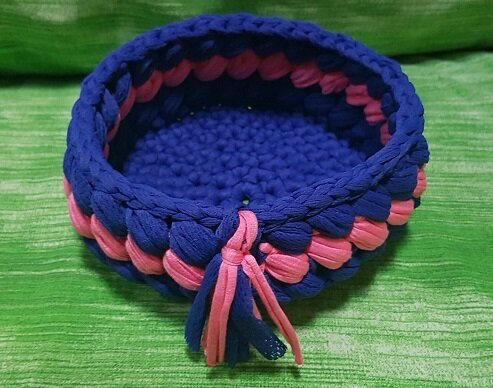 Delizioso Cestino Portaoggetti  in Fettuccia a due colori con decorazione frontale.Blu e Rosa.