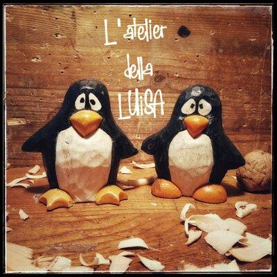 Pinguino in legno di cirmolo scolpito e colorato a mano