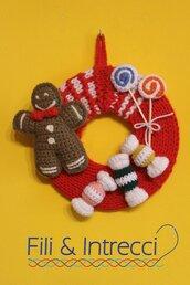 Ghirlanda natalizia fatta a mano con decorazioni di dolci all'uncinetto