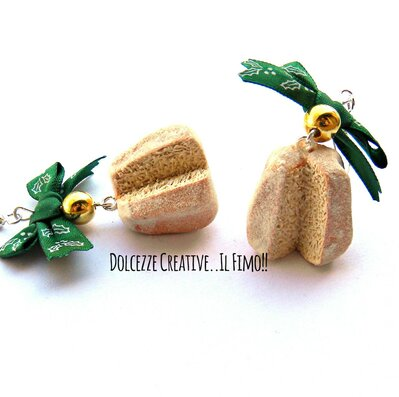 Natale in Dolcezze - Orecchini pandoto con zucchero a velo - Fiocco con agrifogli e perle color oro - cibo natalizio