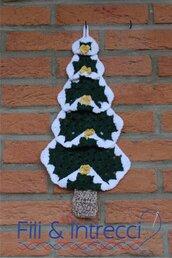 Fuoriporta natalizio fatto a mano all'uncinetto a forma di albero di Natale