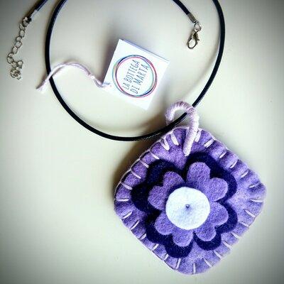 Ciondolo quadrato fatto a mano in feltro viola, lilla e bianco