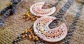 Orecchini crochet a cerchio rosa sfumati con cristalli colorati