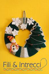 coccarda natalizia con pino addobbato e pupazzo di neve