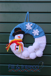 coccarda natalizia con cielo azzurro innevato e pupazzo di neve
