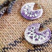 Orecchini crochet a cerchio viola sfumati con cristalli colorati