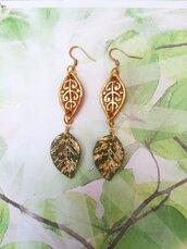 Orecchini con foglie realizzati a mano in resina