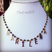 Collana con nome a rosario in micro cristalli e ciondoli a lettere in acciaio brunito
