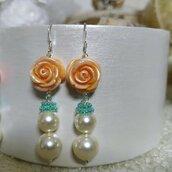 Orecchini pendenti con roselline color pesca e perle di swarovski, argento 925, orecchini con perle, regalo .