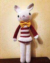 Un'elegante coniglietta amigurumi