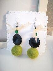 Orecchini PON PON feltro verde e nero.