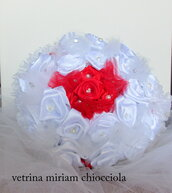 Bouquet da sposa con rose bianche e roselline rosse