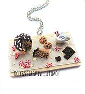 NATALE IN DOLCEZZE - Collana vassoio natalizio - con panettone al cioccolato, biscotti, caramelle e tavoletta cioccolato