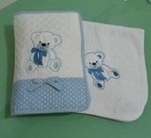 Porta pannolino - salviette in trapunta e quadrato in spugna  con  orsetto ricamato.