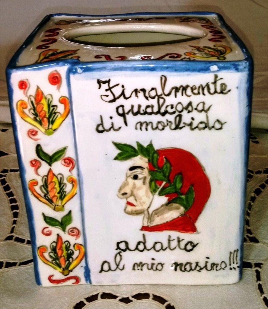 Contenitore per veline di ceramica dpinto a mano con il volto di Dante in facciata in mezzo a 2 frasi spiritose forma parallelepipedo a base quadrata