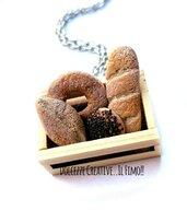 Collana cassetta-  vassoio di legno con pane - sfilatino, pagnotta, pane ai cereali ecc - miniature kawaii - handmade