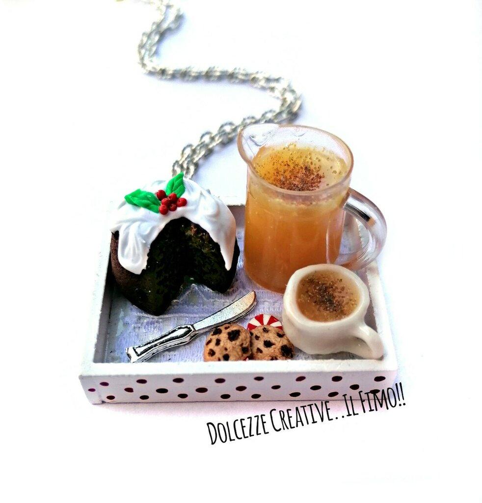 NATALE IN DOLCEZZE - Vassoio con Pudding al cioccolato con agrifoglio e glassa - tazza e caraffa con eggnog . cookie biscotti