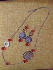 Orecchini e collana in metallo argentato nichel free con filigrana color argento e oro perle in cristallo sfaccettato colore rosso