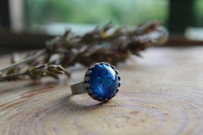 anello regolabile blu.
