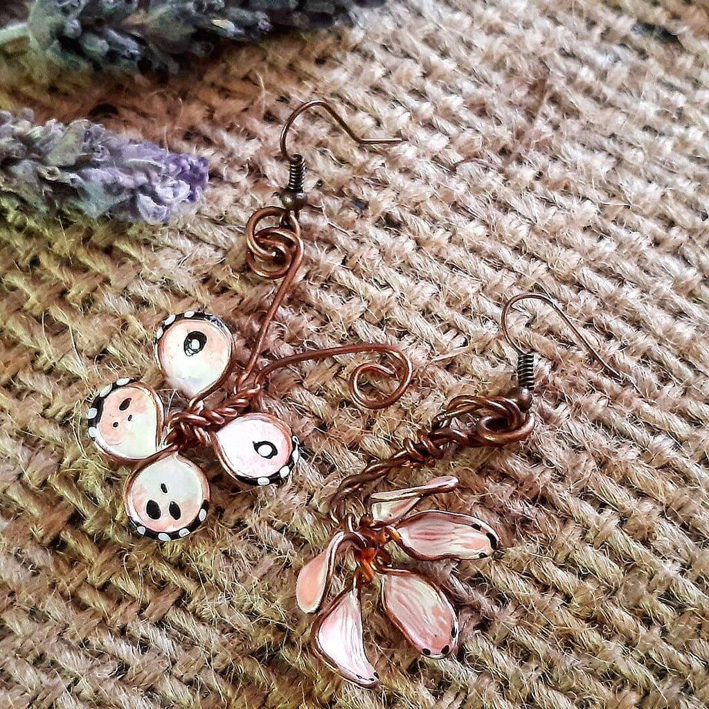 Orecchini Gioielli di smalto asimmetrici con fiore e farfalla colorati