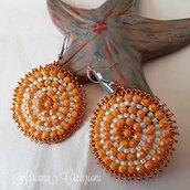Orecchini Amaras realizzati in tessitura brick stitch