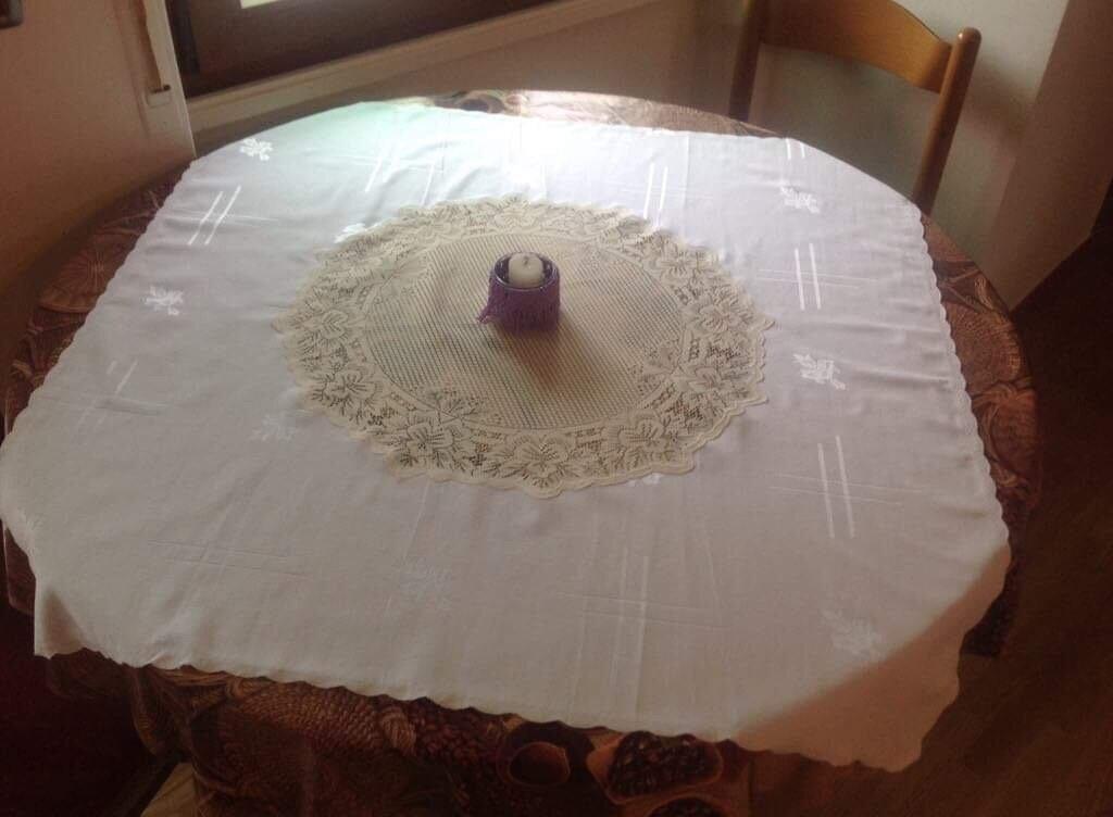 Tovaglia bianca in cottone con inserzione di pizzo beige
