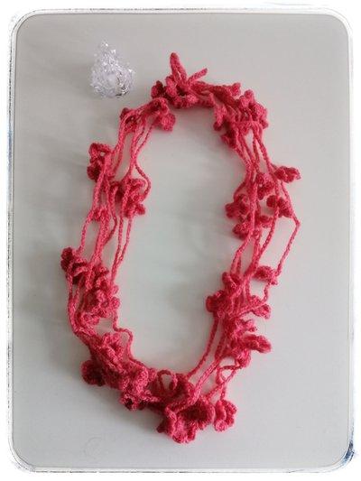 Collana lana rosa carico con fiorellini