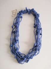 Collana filato sintetico luccicante blu