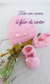 Cappello e scarpine in pura lana rosa
