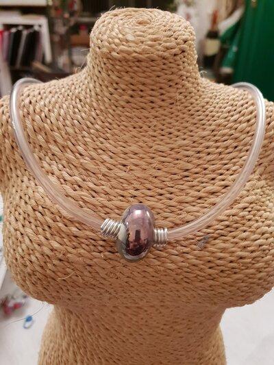 Collana girocollo in caucciù con perla in ceramica greca artigianale e rifiniture in alluminio