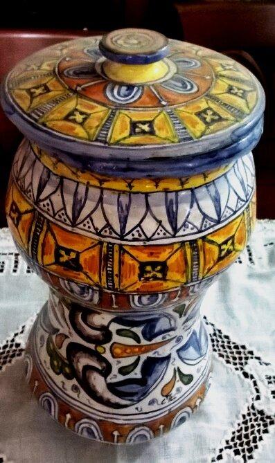 Vaso di maiolica con tappo manufatto ad alberello, con motivo del 400 su tutta la rotondità del vaso e sul tappo,