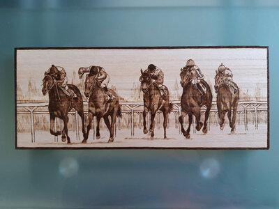 Cavalli al galoppo incisi a fuoco con il pirografo. Tutto fatto a mano.