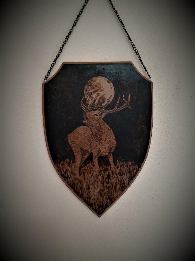 Cervo e luna. Scudo di legno pirografato a mano da appendere.