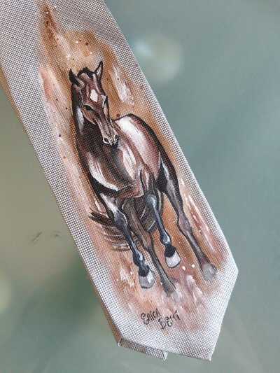 Cravatta di seta dipinta a mano con cavallo. Lavabile