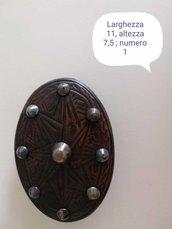 Fibbia in cuoio ovale vintage con borchie