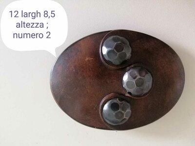 Fibbia in cuoio ovale vintage con 3 grandi borchie