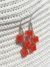 Orecchini con cubi in resina con inclusione di perline arancioni
