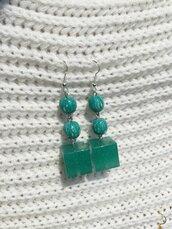 Orecchini con perle in pasta di mais e cubi in resina verde