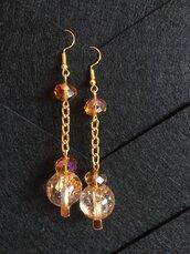 Orecchini con cristalli ambra e perle in resina con inclusione di foglia oro e glitter