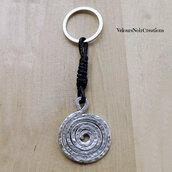 Portachiavi spirale creata a mano in metallo martellato