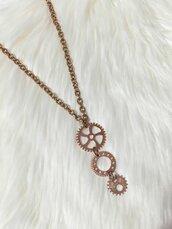 Collana lunga con tre ingranaggi come pendente - Oro rosa